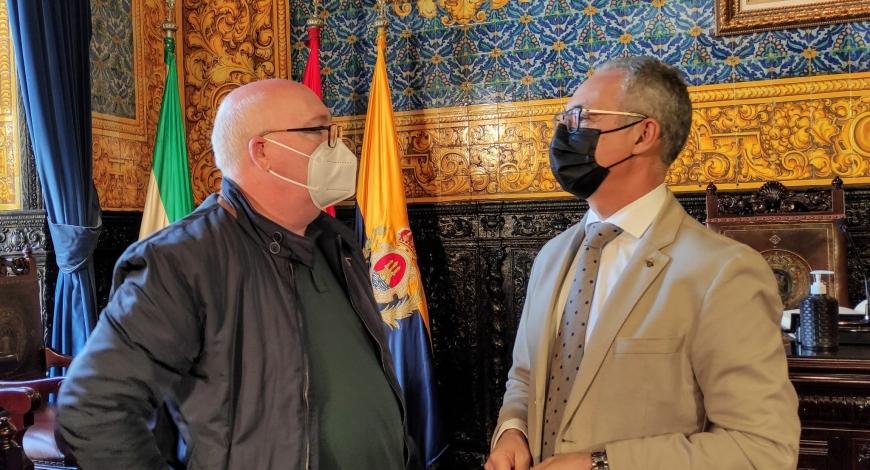 El Hermano Mayor agradece al presidente de la Mancomunidad su colaboración con la exposición Fotográfica sobre la Semana Santa